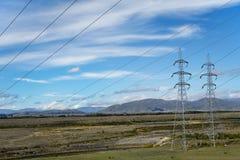 cableado y pilones eléctricos en el canal de Ohau Imagenes de archivo