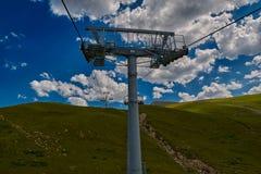 Cablecarril aéreo alto en las montañas Fotos de archivo