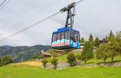 Cablecarril de Buisson a la gamuza, el pueblo en el ` Aosta, Italia de Val D Su particularidad es que los coches no están permiti imagen de archivo libre de regalías