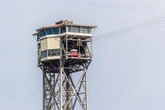 Cablecarril en el puerto de Barcelona Cabina roja parqueada Fotos de archivo libres de regalías