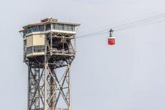 Cablecarril en el puerto de Barcelona La cabina roja va a parquear Imágenes de archivo libres de regalías