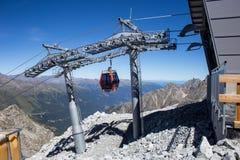 Cablecarril en glaciar del ` s de Presena, sobre el paso de Tonale, Italia Imágenes de archivo libres de regalías