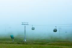 Cablecarril en la niebla en el bosque negro Alemania Imagenes de archivo