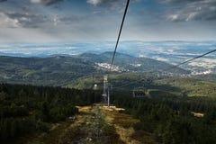 Cablecarril en las montañas foto de archivo libre de regalías
