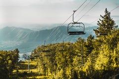 Cablecarril en las montañas de Altai con las colinas en fondo Fotografía de archivo