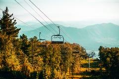 Cablecarril en las montañas de Altai con las colinas en fondo Imágenes de archivo libres de regalías