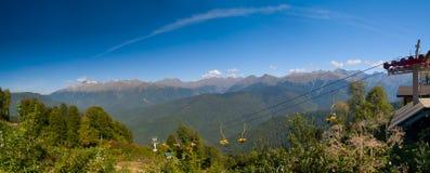 Cablecarril en las montañas de Caucase imagenes de archivo