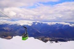 Cablecarril en las montañas del invierno Fotos de archivo