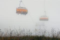 Cablecarril en montaña de niebla Imágenes de archivo libres de regalías
