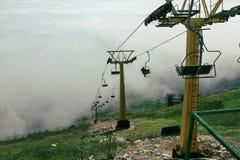 Cablecarril que corre sobre las nubes Gelendzhik, el Cáucaso del norte, Rusia Foto de archivo libre de regalías