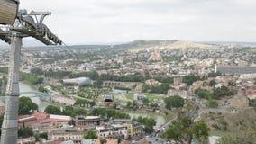 Cablecarril y vista a la catedral de la trinidad santa de Tbilisi - Georgia metrajes