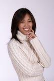 cableknit微笑的毛线衣妇女 免版税图库摄影
