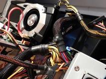Cables électriques et processeur graphique sur la carte mère Photographie stock libre de droits