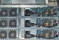 Cables électriques reliés par routeur, vue arrière images stock
