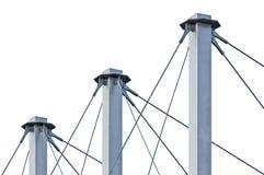Cables atados del tejado de la suspensión, tres Grey Isolated Masts azul alto, anclas Swooping Cable-suspendidas del pilón del te Foto de archivo libre de regalías
