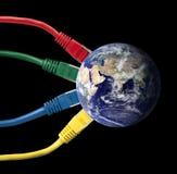 Cables coloreados de la red atados con alambre al globo de la tierra Foto de archivo