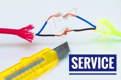 Cables coloridos que fueron remendados por separado e improvisación y un cuchillo del arte con servicio de la inscripción foto de archivo libre de regalías