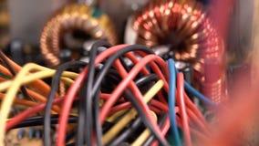 Cables coloridos y PWB impreso de la placa de circuito almacen de metraje de vídeo