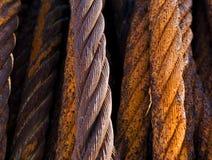 Cables de acero oxidados viejos imagen de archivo