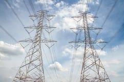 Cables de alto voltaje de la electricidad, fondo del cielo Fotos de archivo