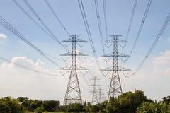 Cables de alto voltaje de la electricidad, fondo del cielo Fotos de archivo libres de regalías