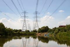 Cables de alto voltaje de la electricidad, fondo del cielo Foto de archivo libre de regalías