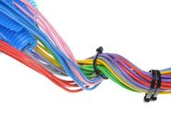 Cables de cobre eléctricos coloreados para el electricista en tubos acanalados Foto de archivo