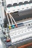 Cables de conexión con los estirones del cable a los disyuntores Foto de archivo libre de regalías