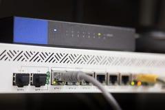 Cables de Ethernet de la telecomunicación conectados con el interruptor de Internet Foto de archivo libre de regalías