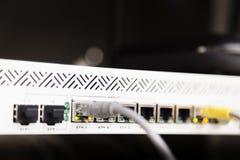 Cables de Ethernet de la telecomunicación conectados con el módem de Internet Imágenes de archivo libres de regalías