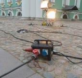 Cables de extensión potentes de los ganchos cerca de un edificio histórico Imagenes de archivo