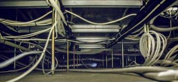 Cables de Internet rellenados debajo del piso en centro de datos imágenes de archivo libres de regalías