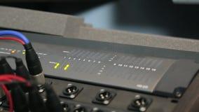 Cables de la música conectados con el equipo almacen de metraje de vídeo