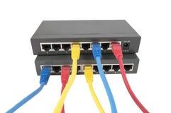 Cables de la red conectados con el router Imagen de archivo