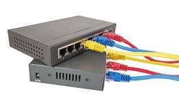 Cables de la red conectados con el router Fotos de archivo