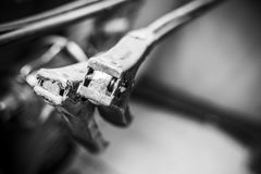 Cables de puente blancos y negros que cuelgan de ángulo abstracto adentro Fotos de archivo