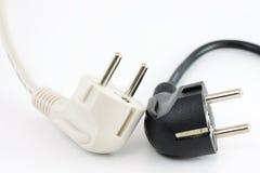 Cables de transmisión blancos y negros Fotos de archivo