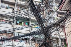 Cables de transmisión sucios, caóticos imagen de archivo