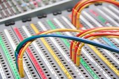 Cables del remiendo en un mezclador del estudio Fotos de archivo