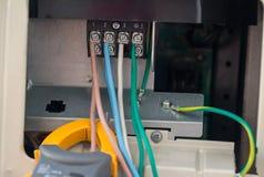 Cables eléctricos con el bloque de terminales los alambres eléctricos están conectados con las abrazaderas en sistema eléctrico d imagen de archivo libre de regalías
