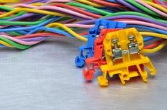 Cables eléctricos del color con los bloques de terminales Imagen de archivo
