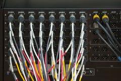 Cables en la parte de atrás del sistema de sonido foto de archivo