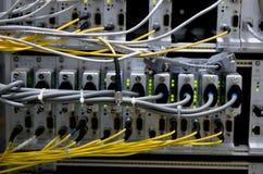 Cables seriales y fibe óptico fotos de archivo