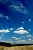 Cables a través del cielo. Imágenes de archivo libres de regalías