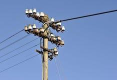 Cables viejos y nuevos en poste de telégrafo Fotografía de archivo
