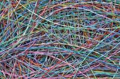 Cables y alambres coloreados de la telecomunicación Imágenes de archivo libres de regalías