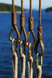 Cables y cuerdas de la seguridad en el transbordador Imágenes de archivo libres de regalías
