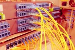 Cables y servidores ópticos de la red Foto de archivo