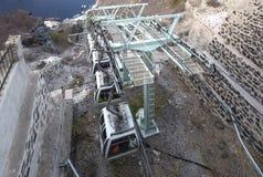 Cableway μεταξύ του λιμανιού Mesa Gialos και Fira - το τελεφερίκ SantoriniThe Santorini είναι ένα τελεφερίκ επιβατών που συνδέει  στοκ φωτογραφία με δικαίωμα ελεύθερης χρήσης