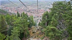 Cableway που λειτουργεί πέρα από τις στέγες Gubbio, Ουμβρία, Ιταλία φιλμ μικρού μήκους